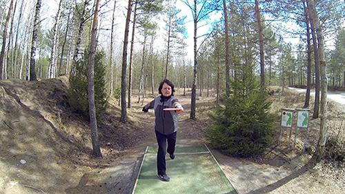 Frisbeegolfin rystyheitto lähtee asennosta, jossa selkä on heittosuuntaan päin. Heiton viimeinen vaihe on tiukka riuhtaisu, kuin ruohonleikkuria käynnistäisi kuvailee Anne Virmajoki.