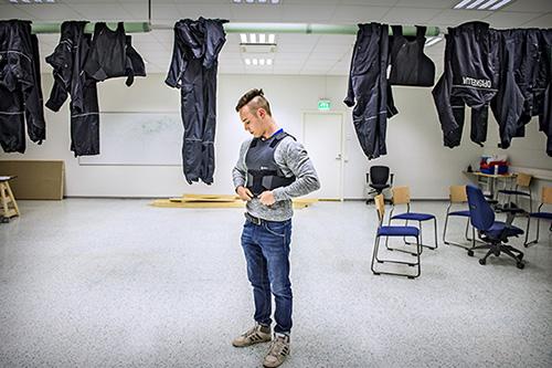 Julius Virtasella on kova urheilijatausta. Hän pelasi 11 vuotta jalkapalloa. Amerikkalaisessa jalkapallossa peliura päättyi olkapään leikkaukseen. Nyt hän nyrkkeilee, käy salilla ja harjoittelee monipuolisesti laskuvarjojääkäreiden pääsykokeisiin.