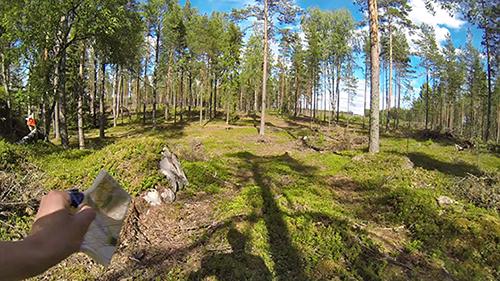 Loimaan Jankon suunnistaja Osmo Hongisto juoksee kameran kanssa rastilta toiselle.