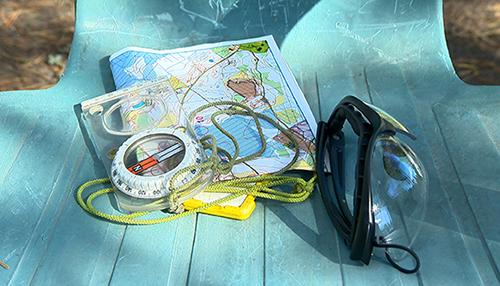 Kompassi, kartta ja emit-leimasin kuuluvat kuntosuunnistajan varustukseen. Monet lähirastitapahtumat vuokraavat emit-leimasimia rasteille, jos omaa ei ole.