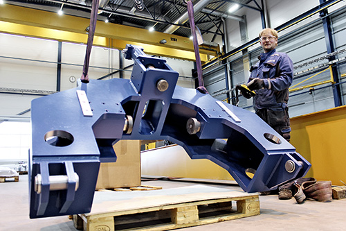 Asentaja Toivo Koivisto nostaa pitkittäisjyrsimen osan paikoilleen. Yrityksen asiakkaina on muun muassa telakoita, energiateollisuutta ja raskasta konepajateollisuutta.