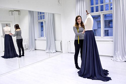 Pukuni hää- ja juhlapukuompelimon Saara Toivanen valmistaa kolme pukua tämän vuoden Linnan juhliin. Viime viikolla työn alla oli vielä Ilona Rannikon puku.