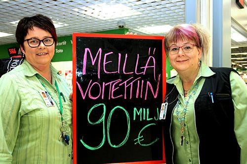 Loimaan Prisman veikkausvastaava Minna Lammela (vas.) ja palvelupäällikkö Terhi Marku ovat saaneet vastata monen median ja kansalaisten kyselyihin Eurojackpot-voittajasta.