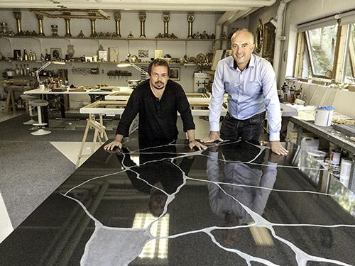 Perttu Saksa (vas.) ja Loimaan kiven toimitusjohtaja Mikko Paljakka tutkivat aikaisemmin syksyllä vielä kultausta vailla olleen Mauno Koiviston hautakiven. Molemmat olivat tyytyväisiä kivityön laatuun. Kuva: Raimo Snellman.