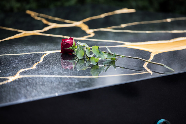 Muistomerkin paljastuspäivä on presidentti Koiviston syntymäpäivä. Ensimmäisen ruusun muistomerkille laski rouva Tellervo Koivisto. Kuva: Laura Kotila/valtioneuvoston kanslia.