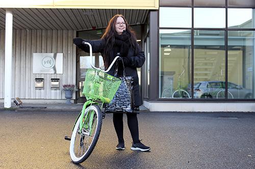Työantaja on hankkinut YTK:lle polkupyöriä, joilla julkisilla liikennevälineillä töihin kulkevat voivat polkaista lounaalle. Teija Hautera käyttää ravintoloiden lisäksi myös muita paikallisia palveluja. Hän on käynyt Loimaalla muun muassa vaateostoksilla ja kampaajalla.