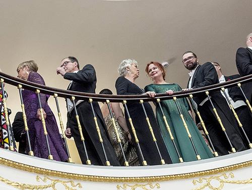 Turkua edustivat torstaina Linnan juhlissa Turun kaupunginteatterin taiteellinen johtaja Mikko Kouki ja kirjailija Nina Repo. Revon vihreän puvun oli suunnitellut kaupunginteatterin pukusuunnittelija Tuomas Lampinen.