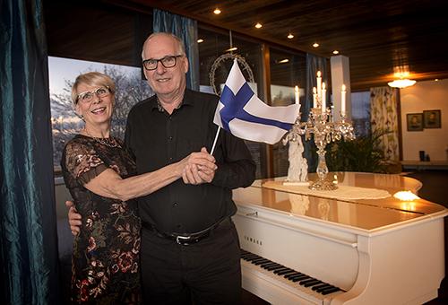 Salolaisen Finnfoam Oy:n hallituksen puheenjohtaja Jorma Nieminen ja puolisonsa Riitta Nieminen kuuluvat niihin noin 1700 vieraaseen, jotka on tänä iltana kutsuttu juhlimaan itsenäisyyspäivää presidentinlinnaan.  Kuva: Minna Määttänen.