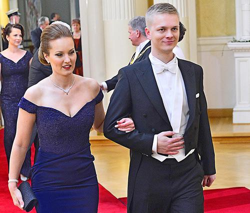 Suomen YK-nuorten puheenjohtajan Jenni Ruotsalaisen avopuoliso Matti Linna tunsi monet juhlassa mukana olleet adjutantit.