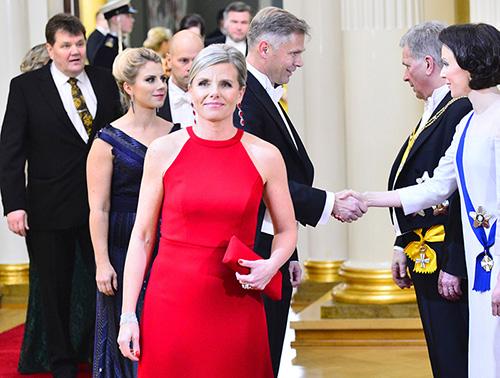 Hannele Wolf-Mannila. Kättelemässä puoliso Santtu Mannila.