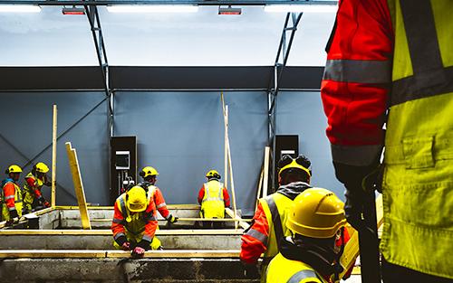 Rakennusalalla työttömyys on vähentynyt syksystä 2015 saakka. Tämä on näkynyt erityisesti miesten työttömyyden alenemisena. Arkistokuvassa opiskelijoita rakennusalan koulutuksessa. Kuva: Mikael Rydenfelt, Turun Sanomat.